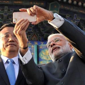 18-1431938177-modi-taking-selfie-with-chinese-premier-li-keqiang
